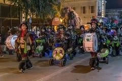 New Orleans, LA/USA - circa im Februar 2016: Leute kleideten in den Kostümen während Mardi Gras-Parade in New Orleans, Louisiana  Stockbild