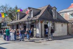 New Orleans, LA/USA - circa im Februar 2016: Leute und alte Häuser auf den Straßen des französischen Viertels verziert für Mardi  lizenzfreie stockfotos