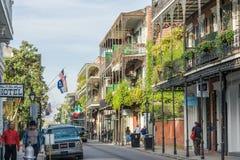 New Orleans, LA/USA - circa im März 2009: Alte Kolonialhäuser mit Eisengießereigalerien auf den Straßen des französischen Viertel lizenzfreie stockfotografie
