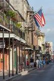 New Orleans, LA/USA - circa Maart 2009: Oud Koloniaal Huis met staalfabriekgalerijen en Amerikaanse vlag stock afbeeldingen