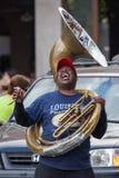 New Orleans LA/USA - circa mars 2009: Afrikansk amerikanmusikern tycker om att spela musik på röret på Jackson Square, fransk fjä Fotografering för Bildbyråer