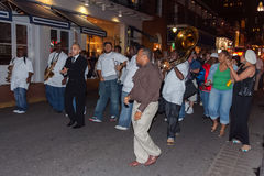 New Orleans LA/USA - circa mars 2009: Folk som spelar musik och dansar på den franska fjärdedelen, New Orleans, Louisiana Royaltyfria Bilder