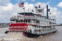 New Orleans, LA/USA - circa marzo de 2009: Turistas que llevan de Natchez del barco de vapor en el río Misisipi en New Orleans, L Fotos de archivo libres de regalías