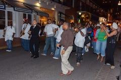 New Orleans, LA/USA - circa marzo 2009: La gente che gioca musica e che balla al quartiere francese, New Orleans, Luisiana Immagini Stock Libere da Diritti