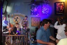 NEW ORLEANS LA/USA -03-21-2014: Musikband som spelar på den prickiga katten b Royaltyfri Foto