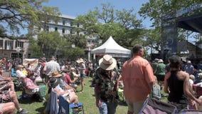 NEW ORLEANS LOUISIANA - APRIL 10, 2016: Bourbongata i New Orleans med folk under festivalen för fransk fjärdedel lager videofilmer