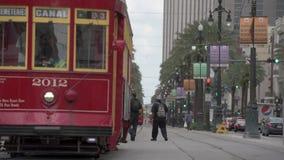 NEW ORLEANS - LOUISIANA, APRIL 11, 2016: Cityscape av New Orleans med spårvagnen och folk Cyklar vagnshästar, och åsnor är fortfa lager videofilmer