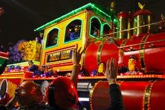 New Orleans Louisiana, USA - mars 3, 2014: Mardi Gras ståtar till och med gatorna av New Orleans royaltyfria bilder