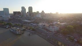 NEW ORLEANS, LUISIANA - 10 APRILE 2016: Sorvolare il fiume Mississippi a New Orleans durante il festival del quartiere francese s video d archivio