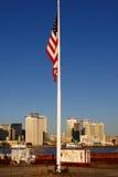 New Orleans - Morgen-Skyline-amerikanische Flagge stockbilder