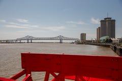 New Orleans - skovelhjul, bro och byggnader Royaltyfria Bilder