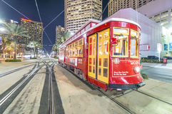 NEW ORLEANS, USA - FEBRUAR 2016: Rote Tram nachts entlang Stadt s Stockfotografie