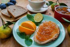 New Year`s breakfast, coffee, bread, jam Regolazione festiva della tabella Fotografie Stock Libere da Diritti