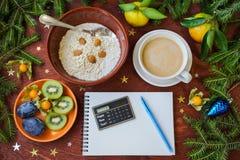 New Year`s breakfast, coffee, bread, jam Regolazione festiva della tabella Fotografia Stock Libera da Diritti