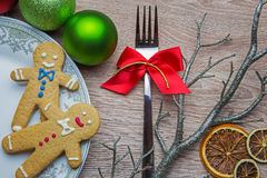 New Year's table decoration with two gingerbread men. On the plate Royalty Free Stock Images