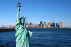 New York: Статуя вольности, горизонта Манхаттан Стоковое фото RF