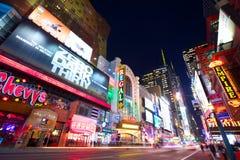 New York 42nd gata på natten Arkivbild