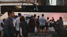 NEW YORK 18 agosto 2017 - volante della polizia di NYPD con il lampeggiatore lentamente sul muoversi dal marciapiede verso una vi archivi video
