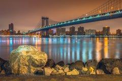 New York alla notte, ponte di Manhattan Fotografie Stock Libere da Diritti