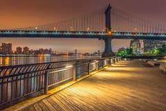 New York alla notte, ponte di Manhattan Immagini Stock Libere da Diritti