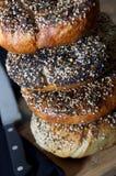 New York alles Ongezuurde broodjes met Getand Mes en Scherpe Raad worden gestapeld die Royalty-vrije Stock Foto