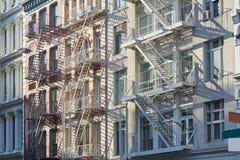 New York alloggia le facciate con il fondo delle scale dell'uscita di sicurezza Fotografie Stock