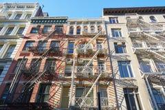 New York alloggia le facciate con le scale dell'uscita di sicurezza Fotografia Stock