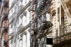 New York alloggia le facciate con le scale dell'uscita di sicurezza, il giorno soleggiato Immagine Stock