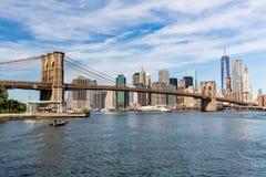 NEW YORK - 22. AUGUST: Ansichten der Brooklyn-Brücke auf einem Sommer d Stockfotografie
