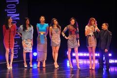 NEW YORK - AUGUSTI 08: Modeller konkurrerar på modellen Latina 2014 för etappen överst Fotografering för Bildbyråer