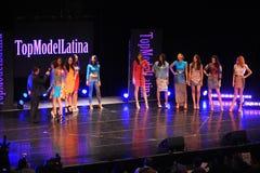 NEW YORK - AUGUSTI 08: Modeller konkurrerar på modellen Latina 2014 för etappen överst Arkivbilder