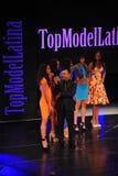NEW YORK - AUGUSTI 08: Modeller konkurrerar på modellen Latina 2014 för etappen överst Royaltyfri Bild