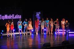 NEW YORK - AUGUSTI 08: Modeller konkurrerar på modellen Latina 2014 för etappen överst Royaltyfri Fotografi