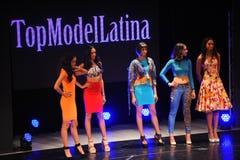 NEW YORK - AUGUSTI 08: Modeller konkurrerar på modellen Latina 2014 för etappen överst Arkivfoto