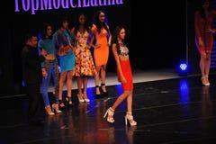 NEW YORK - AUGUSTI 08: Modeller konkurrerar på modellen Latina 2014 för etappen överst Royaltyfri Foto