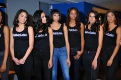 NEW YORK - AUGUSTI 08: Modelllineup i kulisserna med domare för den Top Model Latina 2014 striden Royaltyfri Bild