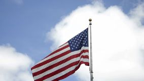 New York Augusti 3rd: Amerikanska flaggan över himlen i New York City