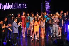 NEW YORK - AUGUSTI 08: Vinnare av den Montano för Top Model Latina Verà ³nica (orange klänning) överst modellen 2014 Latina 2014 Royaltyfri Fotografi