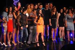 NEW YORK - AUGUSTI 08: Vinnare av den Montano för Top Model Latina Verà ³nica (orange klänning) överst modellen 2014 Latina 2014 Arkivbild