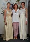 NEW YORK - 22 AVRIL : Le concepteur Claire Pettibone (c) et modèle des poses pour la présentation nuptiale de Claire Pettibone Photo stock