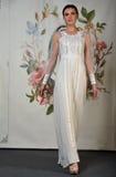 NEW YORK - 22 AVRIL : Un modèle pose pour la présentation nuptiale de Claire Pettibone Images libres de droits