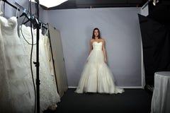 NEW YORK - 22 AVRIL : Une pose modèle pour la présentation nuptiale d'Anne Barge Images stock
