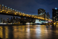 New York bis zum Nacht: Queensboro Bridge, East River und Manhattan Lizenzfreies Stockbild