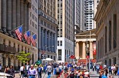 New York, bourse des valeurs de Wall Street avec les colonnes classiques et les vieux drapeaux d'architecture et colorés des Etat image stock