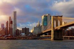 New York, Brooklin Bridge et Manhattan au début de la matinée exposent au soleil la lumière, New York City, Etats-Unis Image stock