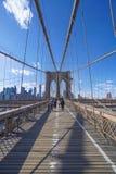 New York Brooklyn bro på en solig dag MANHATTAN - NEW YORK - APRIL 1, 2017 Royaltyfri Fotografi