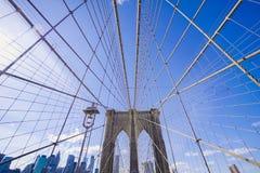 New York Brooklyn bro på en solig dag MANHATTAN - NEW YORK - APRIL 1, 2017 Royaltyfri Foto