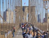New York Brooklyn bro på en solig dag MANHATTAN - NEW YORK - APRIL 1, 2017 Arkivbilder