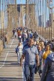 New York Brooklyn bro på en solig dag MANHATTAN - NEW YORK - APRIL 1, 2017 Royaltyfri Bild