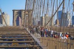 New York Brooklyn bro på en solig dag MANHATTAN - NEW YORK - APRIL 1, 2017 Arkivfoto